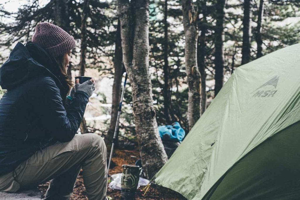 大自然の中でくつろぐキャンプ