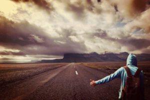 ゴールに向かって長く続く道のりを歩むイメージ