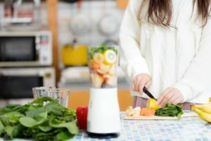 料理・朝食のスムージーを作るイメージ