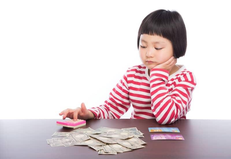 お金の計算をする女の子