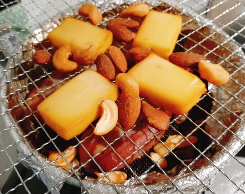 プロセスチーズとナッツは燻製の鉄板食材